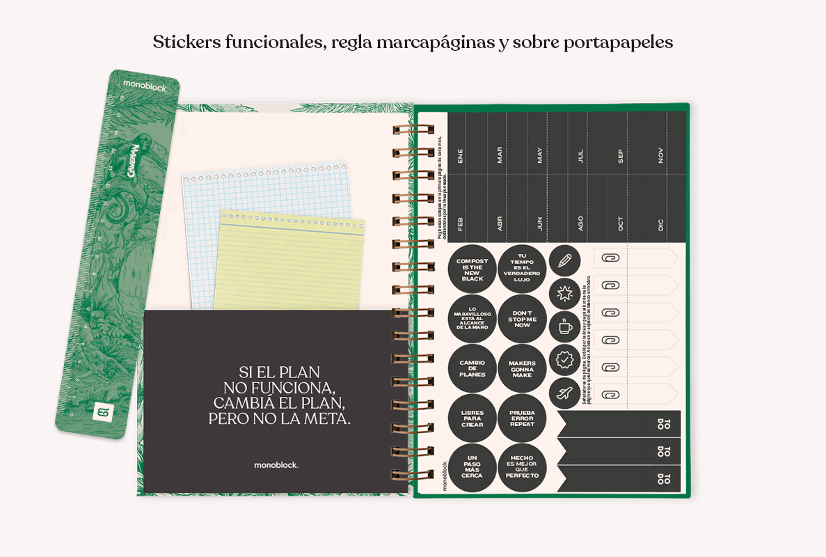 Interior de Agenda Makers 2022, donde se puede ver el sobre portapapeles en color negro con una frase en letras blancas, los stickers funcionales de distintas formas y la regla marcapáginas en color verde, con parte de la ilustración de tapa.