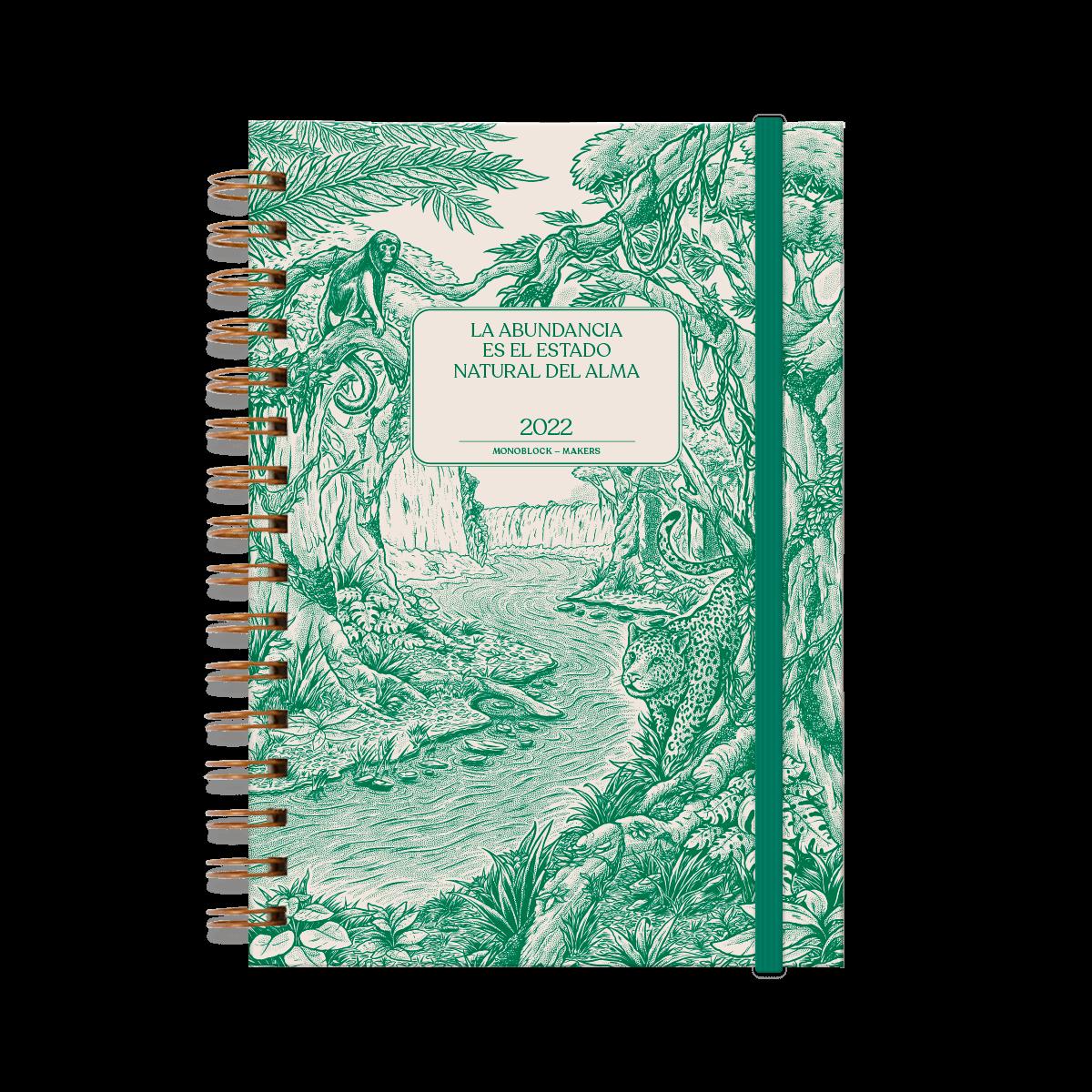Agenda 2022 anillada modelo makers Abundancia, de frente, cerrada con elástico verde, con ilustración de un bosque, animales y un río en color verde, elástico verde y tapa dura.