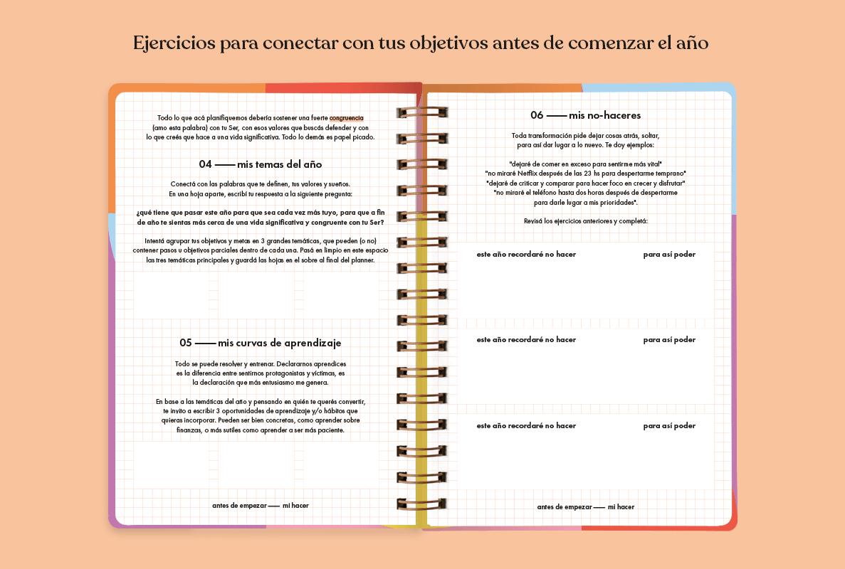 Agenda anillada Vuelta al sol 2022 abierta mostrando dos páginas del interior en blanco con un cuadriculado en rosa muy sutil, con actividades para completar en letras negras. La agenda se encuentra sobre un fondo color durazno pastel.