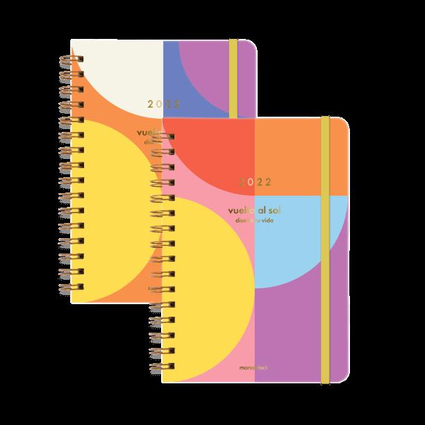 Dos agendas Vuelta al sol 2022 anilladas en tapa dura con elástico amarillo, de colores vibrantes con detalles en metalizado en cada una y puntas redondeadas.